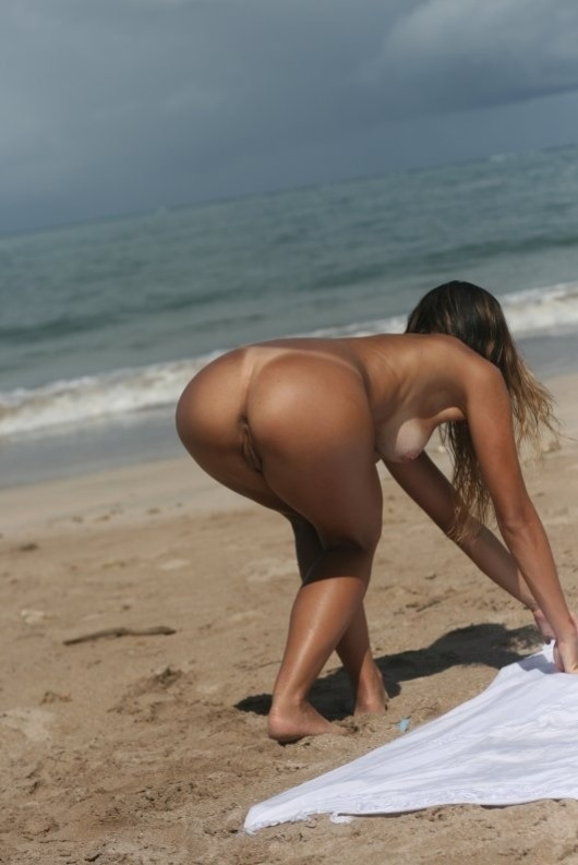 Picture voyeur nudist girl with perfect body at beach