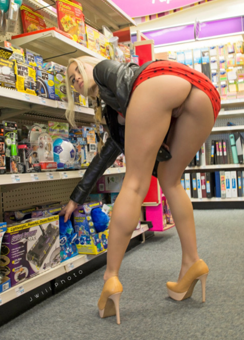 Picture woman flashing nude ass in supermarket