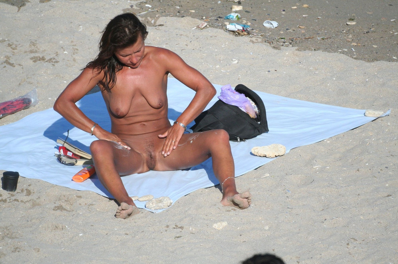 Picture caught voyeur a mature woman nude at the beach