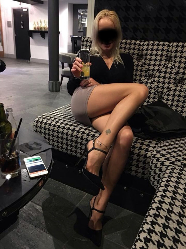 Picture sexy mature cougar with superb legs ready to flash pussy