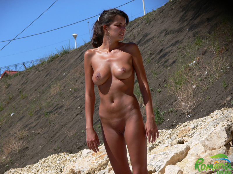 Picture tanned beautiful girl nude at the beach